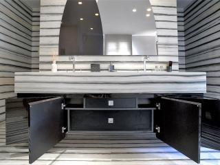 Meuble vasque laqué noir avec portes et tiroirs cachés