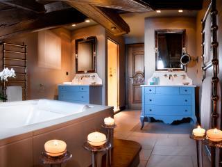 Salle de bain se style classique avec baignoire et meuble vasque sur pieds