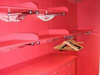 Dressing peint rouge avec étagères, penderie et tiroirs