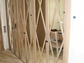 Placard avec portes à motifs en miroirs et bois