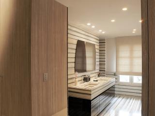 Salle de bain laquée noire et marbre zébré