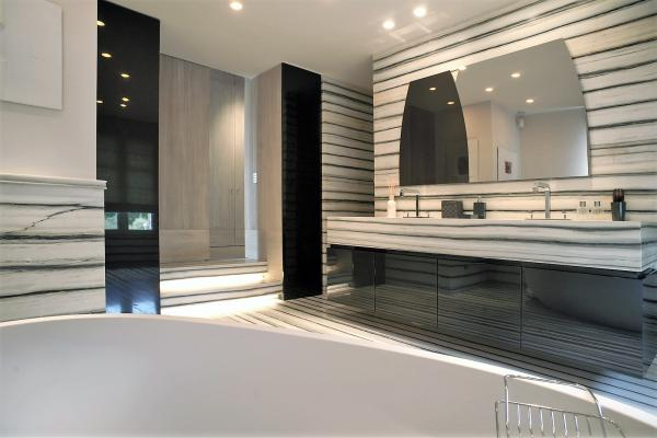 Black lacquered and marble bathroom