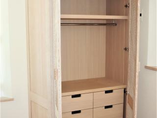 Placard avec portes caillebotis et intérieur avec étagères et tiroirs