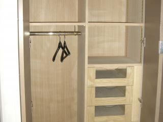 Placard avec penderie, étagères et tiroirs vitrés