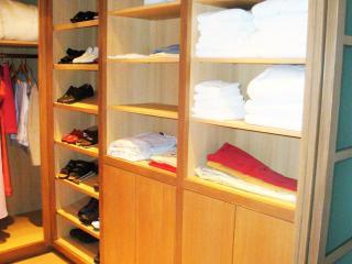 Dressing avec étagères réglables et rangement fermé
