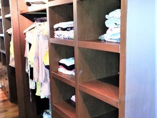 Dressing avec étagères, penderie et tiroirs