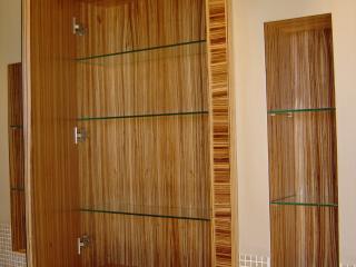 Armoire de toilette à miroir avec étagères en verre et cadre en bois de zebrano