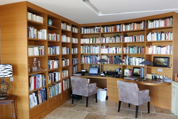 Bibliothèque avec bureau intégré