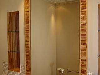 Armoire de toilette à miroir et cadre en bois de zebrano