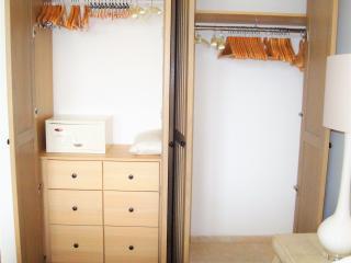 Placard avec penderie, étagères et tiroir