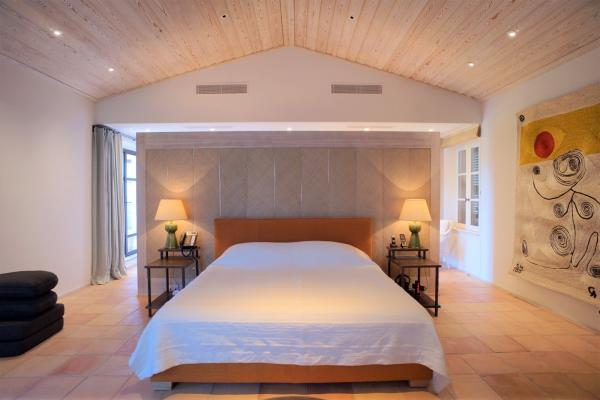 Structured and whitened meze bedroom