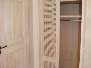 Placard avec portes caillebotis et intérieur avec penderie
