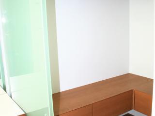 Dressing fermé par des portes coulissantes avec meuble banc et penderie