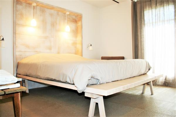 Beds in structured oak