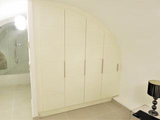Placard en arrondi adapté à la forme de la pièce