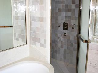 Baignoire habillée de bois de mélèze et cabine de douche